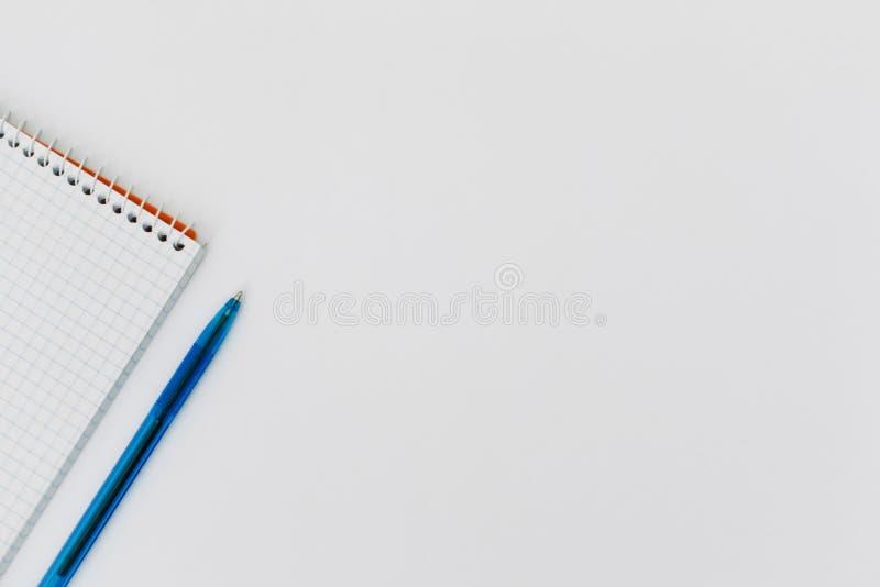 Vue supérieure d'un bloc-notes vide en spirale ouvert avec un stylo sur un fond blanc de table photos stock