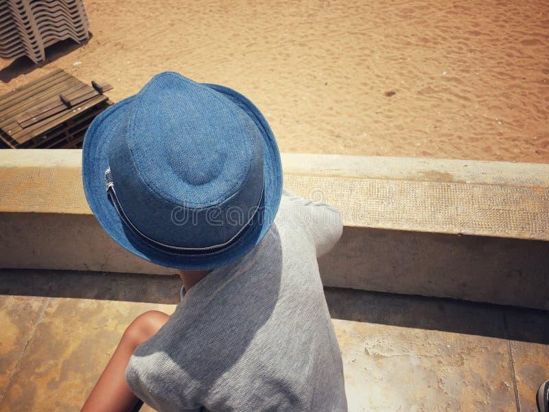 Vue supérieure d'un enfant dans un chapeau images libres de droits