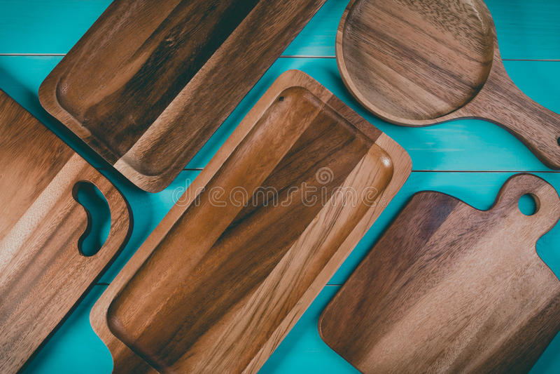 Vue supérieure d'un plateau en bois vide sur la table en bois de vintage bleu avec l'espace de copie pour le texte photos stock