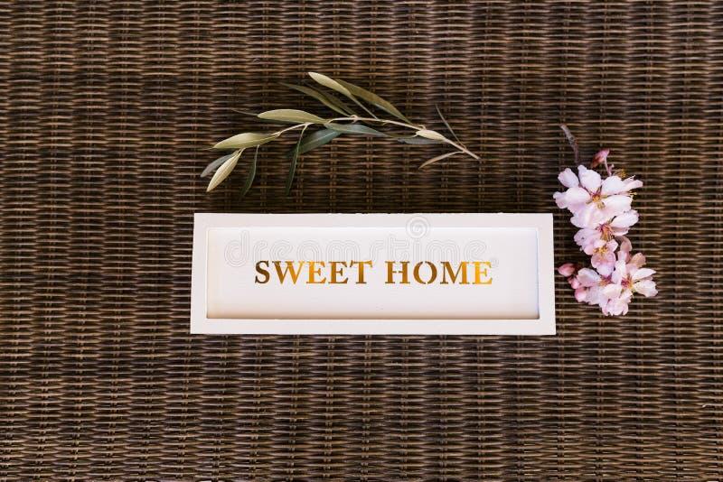 Vue supérieure d'un signe à la maison doux avec des fleurs lifestyle photo libre de droits