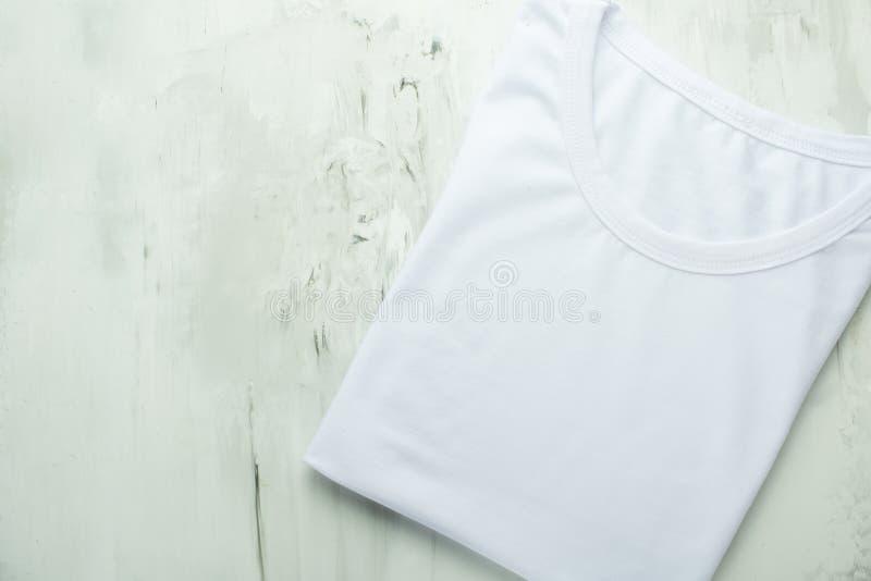Vue supérieure d'un T-shirt blanc sur un fond clair, mocap images stock