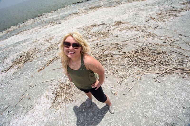 Vue supérieure d'une femelle blonde adulte à la plage de Bombay, une plage malpropre à la mer de Salton en Californie un jour cha photo stock