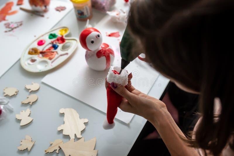 Vue supérieure d'une femme faisant des décorations de vacances de Noël photos libres de droits