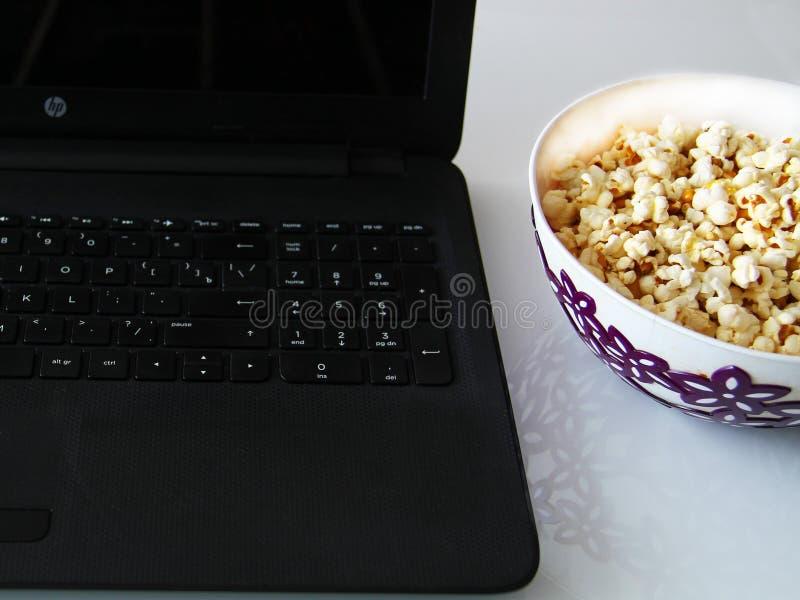 Vue supérieure d'une pile de maïs éclaté de caramel de maïs éclaté dans un plat sur une table en verre images libres de droits