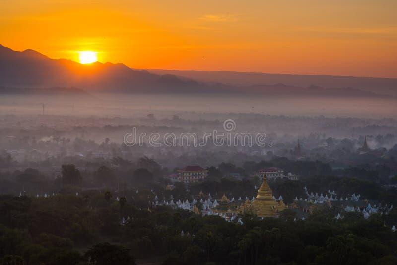 Vue supérieure dans la belle campagne pendant le matin à la colline de Mandalay photo libre de droits