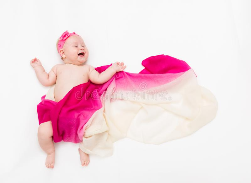 Vue supérieure de bébé mignon habillée dans un costume féerique - longs écharpe et bandeau de flottement L'espace pour le texte photos stock
