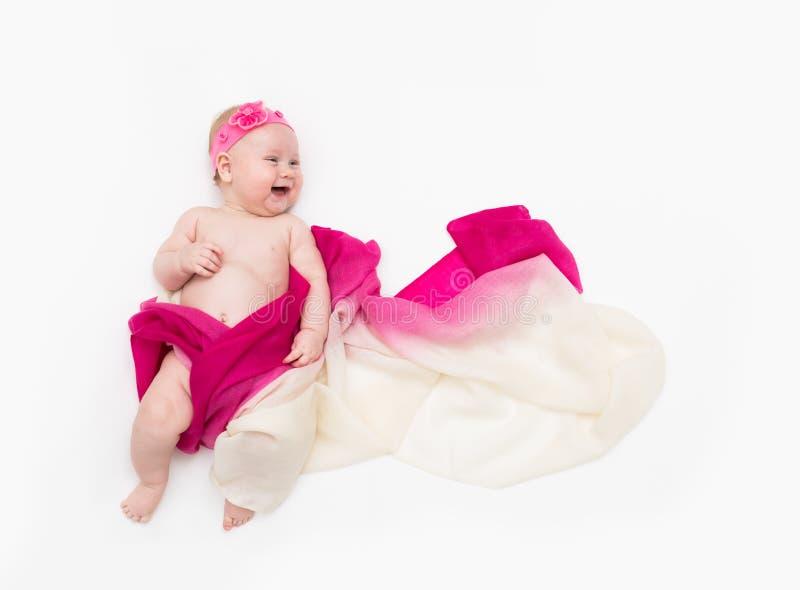 Vue supérieure de bébé mignon habillée dans un costume féerique - longs écharpe et bandeau de flottement L'espace pour le texte image libre de droits