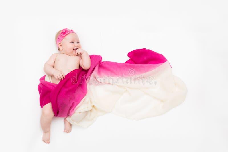 Vue supérieure de bébé mignon habillée dans un costume féerique - longs écharpe et bandeau de flottement L'espace pour le texte photo stock