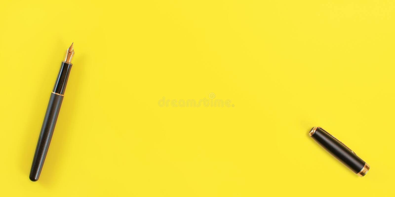 Vue supérieure de bas - le stylo noir d'encre de fontaine avec la graine d'or, s'est ouvert, chapeau du côté droit, le fond jaune images libres de droits