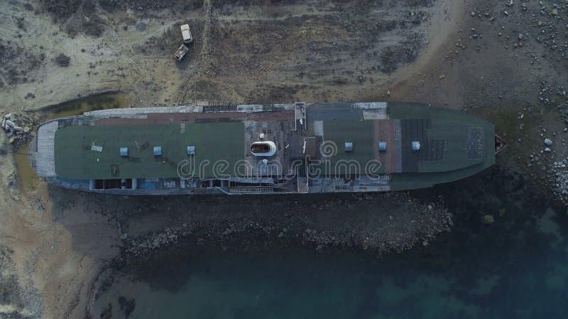 Vue supérieure de bateau abandonné projectile Vue mystérieuse de vieux bateau lavée sur le rivage L'atmosphère sombre de abandonn photo libre de droits