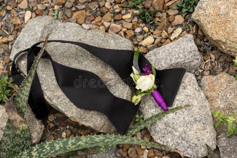 vue supérieure de beau boutonniere et de noeud papillon noir délié photos libres de droits
