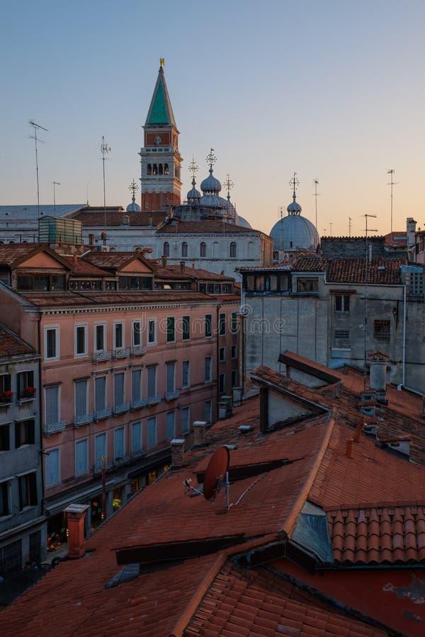 Vue supérieure de beau toit de cathédrale de San Marco, Venise, Italie image stock