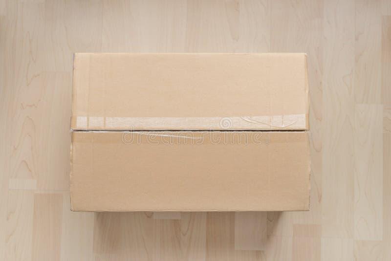 Vue supérieure de boîte en carton sur le fond en bois photo libre de droits