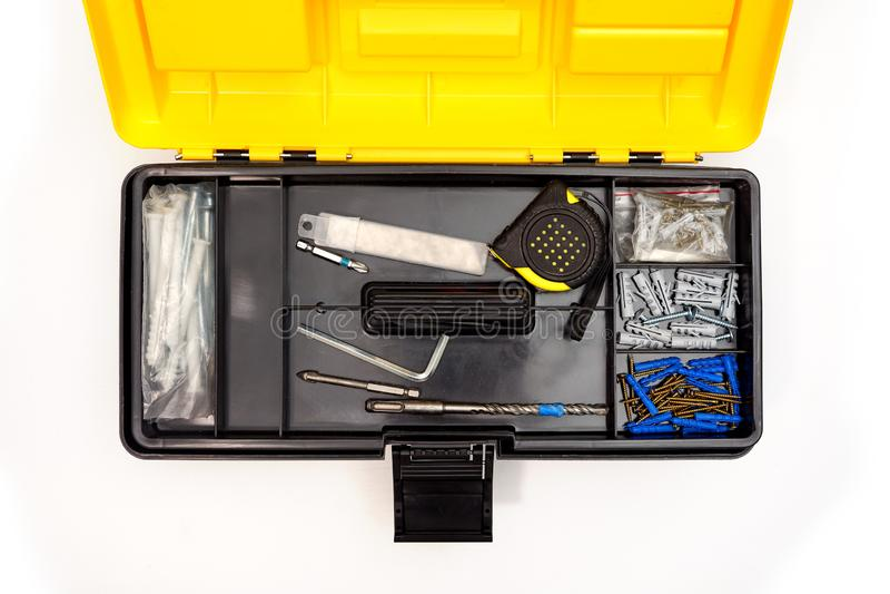 Vue supérieure de boîte en plastique ouverte avec le mélange des outils et des instruments photos stock