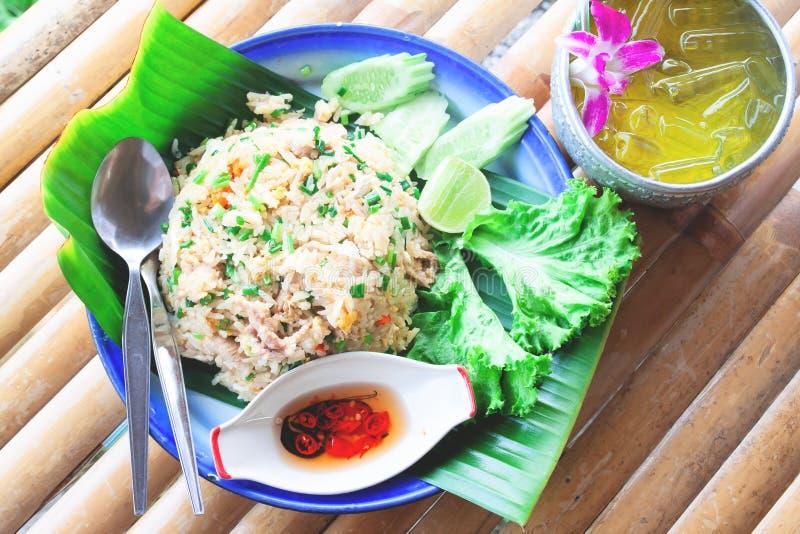 Vue supérieure de boisson thaïlandaise de riz frit et d'herbe avec de la glace, nourriture thaïlandaise images stock