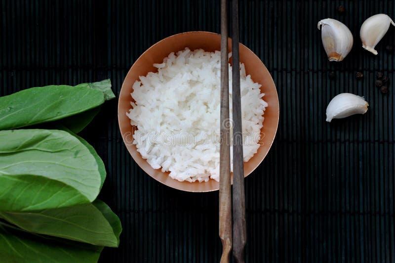 Vue supérieure de bol de riz blanc avec la baguette photo stock
