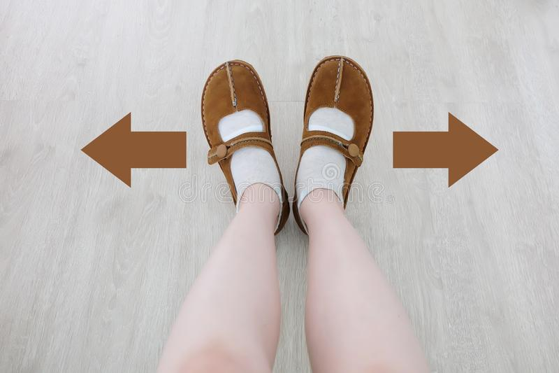 Vue supérieure de botte de Brown avec la flèche différente de décision de Brown Une paire de position de pieds Direction de march images stock