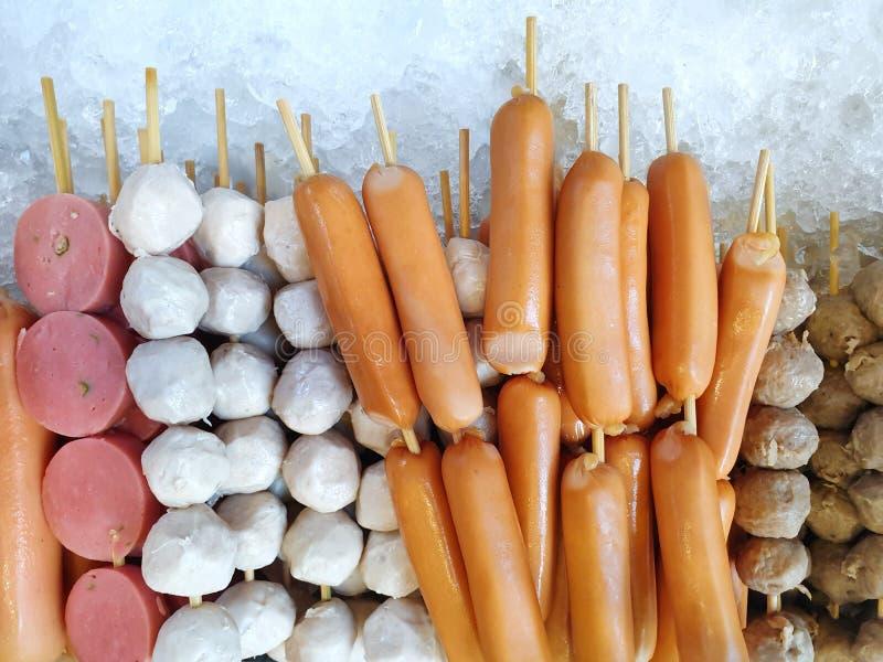 Vue supérieure de boule de viande fraîche sur la glace à vendre en nourriture de rue images stock