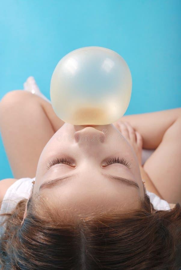 Vue supérieure de bubble-gum de soufflement de belle jeune fille de brune photos stock