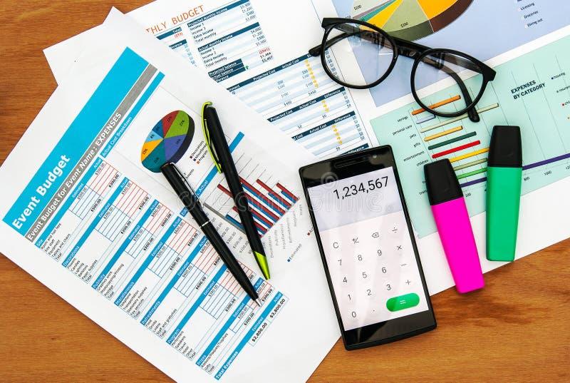 Vue supérieure de bureau avec le diagramme de données et le téléphone intelligent images libres de droits