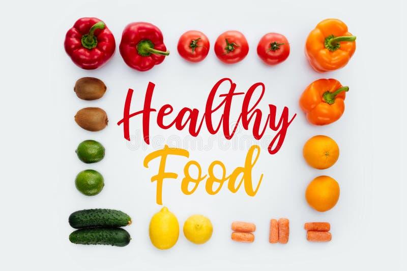 vue supérieure de cadre avec des légumes et des fruits et la nourriture saine des textes image stock