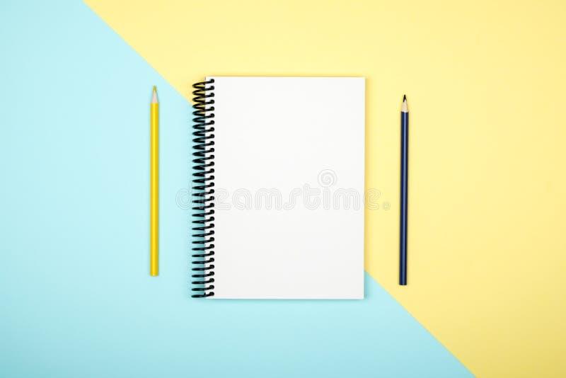 Vue supérieure de carnet vide en spirale ouvert sur le bureau coloré photos libres de droits