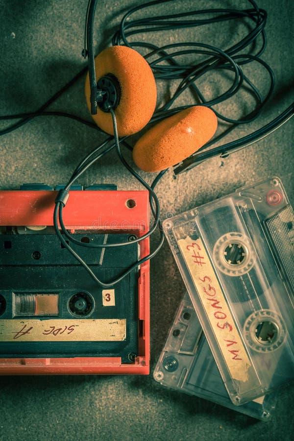 Vue supérieure de cassette sonore avec les écouteurs et le baladeur rouge photos stock