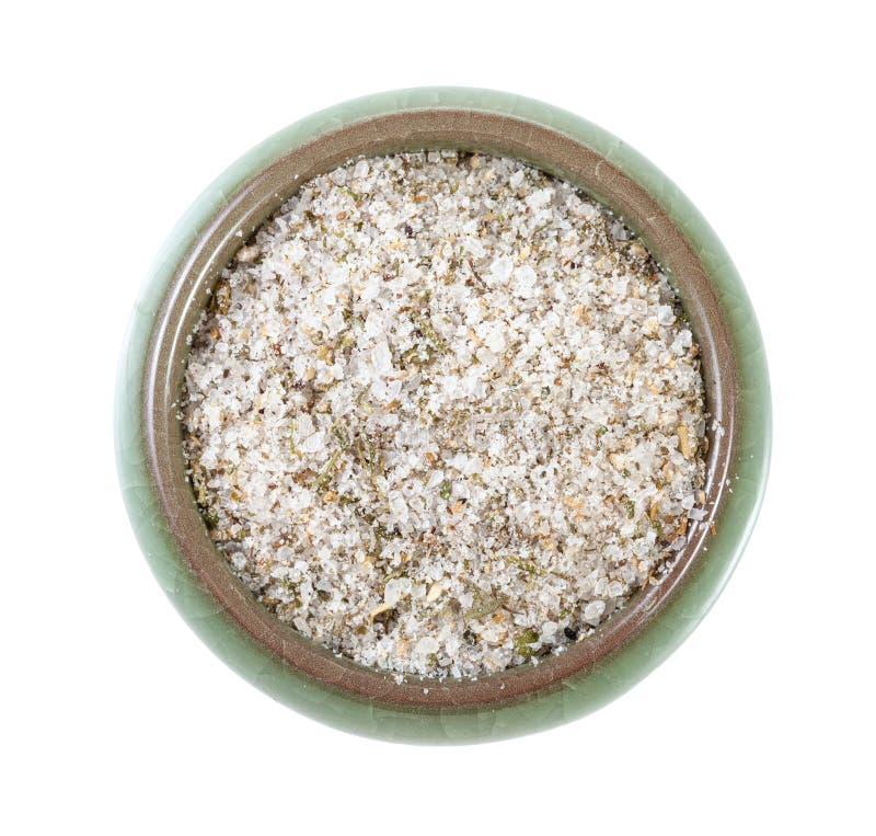 vue supérieure de cave en céramique de sel avec du sel chevronné images stock