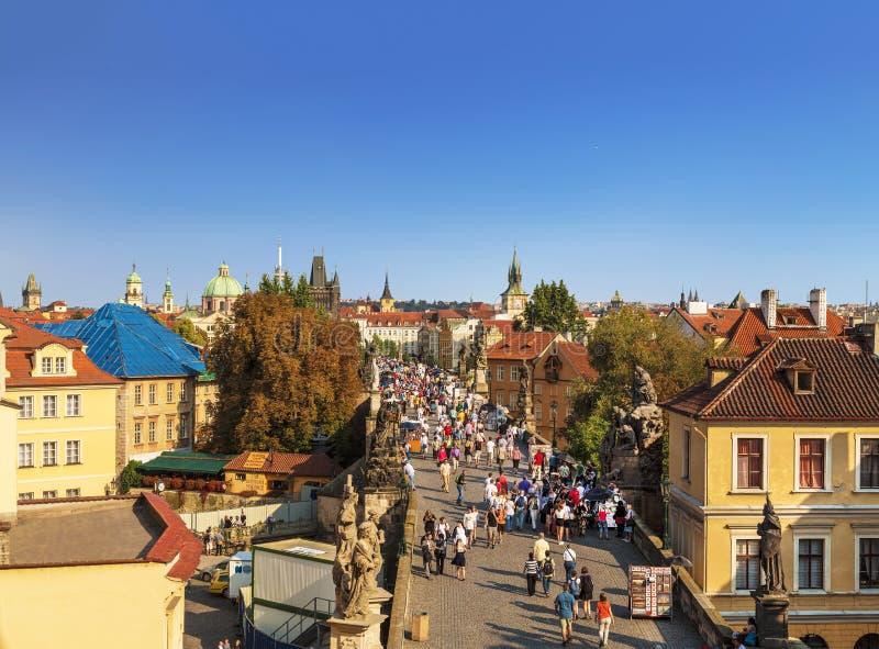 Vue supérieure de centre de Prague avec ses toits et touristes rouges sur le pont de Charles, Prague, photos libres de droits
