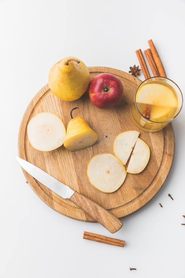 vue supérieure de cidre avec la pomme et la poire sur le conseil en bois image libre de droits