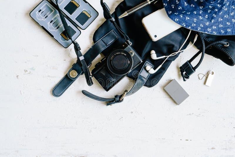 Vue supérieure de configuration plate du voyage femelle b de vacances d'été de photogarpher images stock