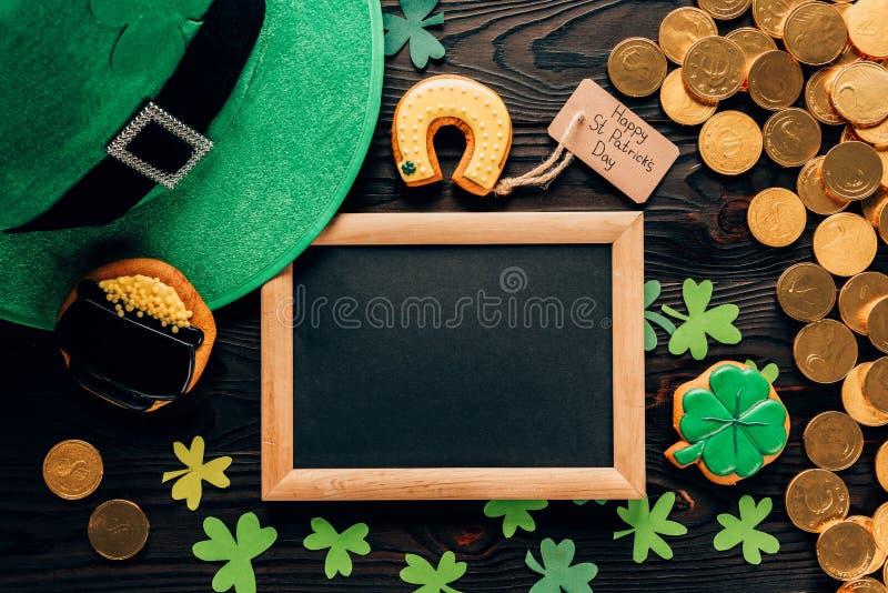 vue supérieure de conseil vide avec le pain d'épice et l'oxalide petite oseille sur la table, concept de jour de patricks de St photo libre de droits