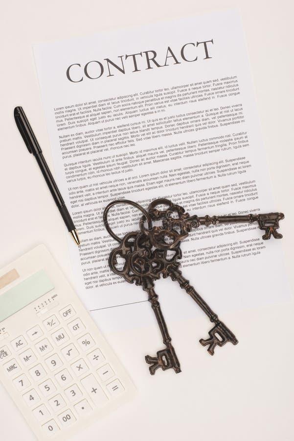 vue supérieure de contrat avec des clés, concept d'achat de maison illustration libre de droits