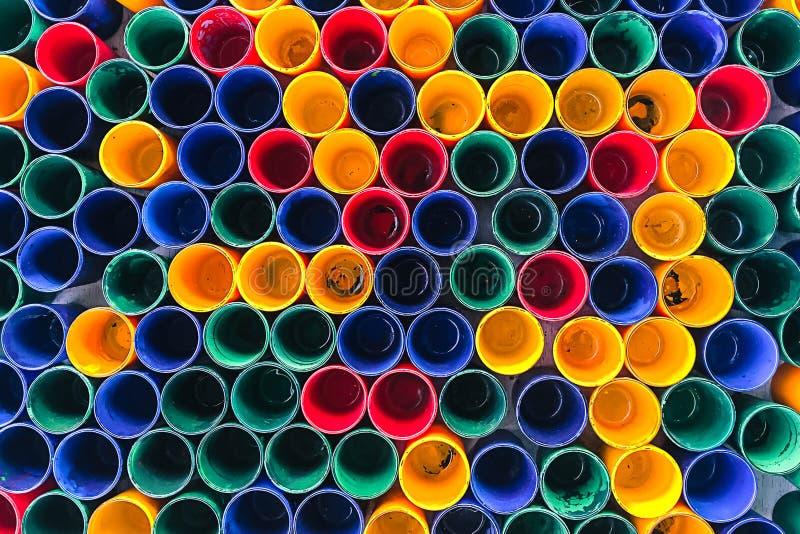 vue sup rieure de couleurs primaires des tasses de couleur de m lange pour la peinture d 39 artiste. Black Bedroom Furniture Sets. Home Design Ideas