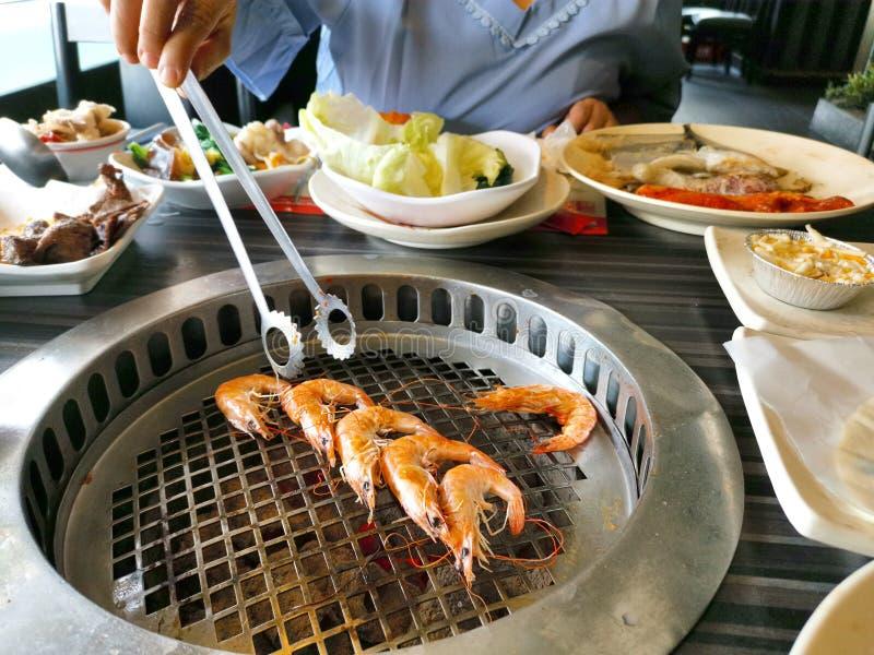 Vue supérieure de crevette fraîche sur le gril Barbecue photos libres de droits