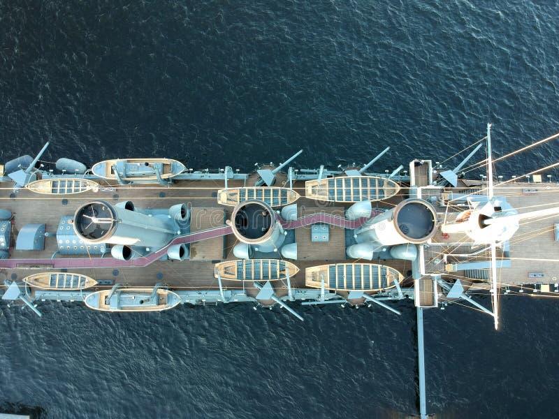 Vue supérieure de croiseur de l'aurore sur la rivière de Neva dans le St Petersbourg photographie stock libre de droits