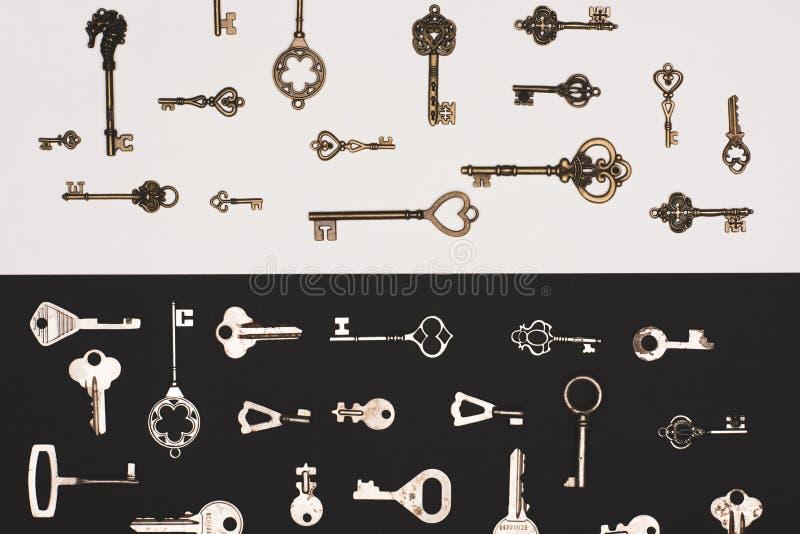 vue supérieure de différentes clés de vintage au-dessus de noir image stock