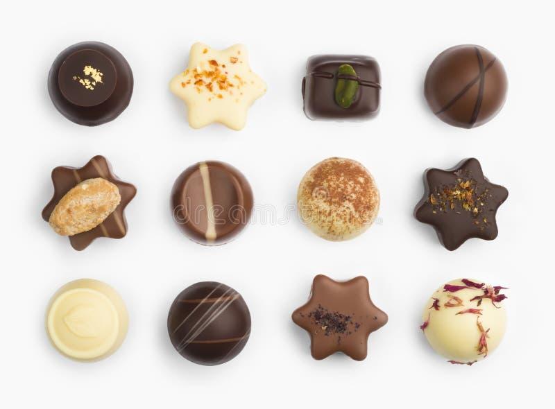 Vue supérieure de diverses pralines de chocolat d'isolement sur le fond blanc image libre de droits