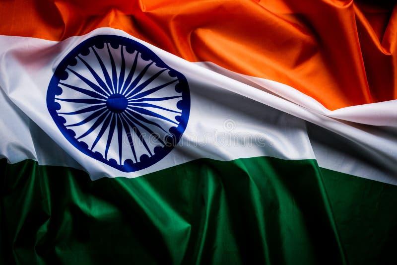 Vue supérieure de drapeau national de l'Inde sur le fond en bois Jour de la D?claration d'Ind?pendance indien photos libres de droits