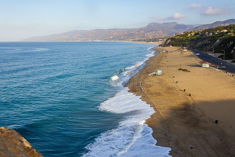 Vue supérieure de falaise des vagues de rivage de plage de la Californie divisant en distance photographie stock libre de droits
