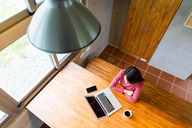 Vue supérieure de femme regardant l'ordinateur portable image stock