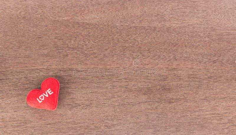 Vue supérieure de fond de jour de valentines de coeur rouge sur le bois photo stock