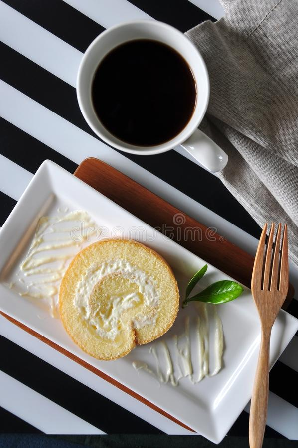 Vue supérieure de gâteau de petit pain et de café chaud sur le fond de rayure photo libre de droits