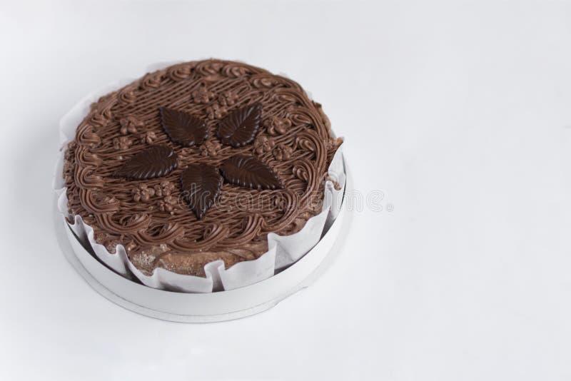 Vue supérieure de gâteau rond de chocolat sur la table blanche de fond photo libre de droits