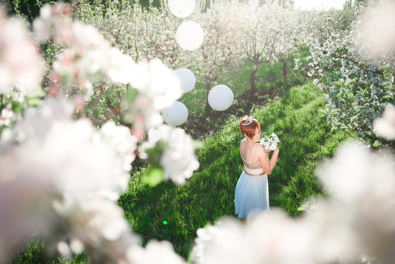 Vue supérieure de jeune fille dans un jardin de floraison de pomme photographie stock