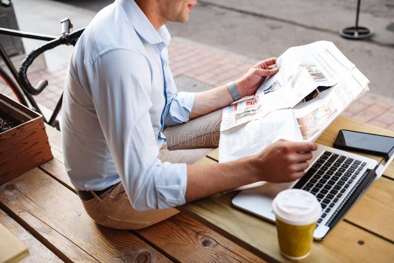 Vue supérieure de jeune homme élégant en journal de lecture de chemise image libre de droits