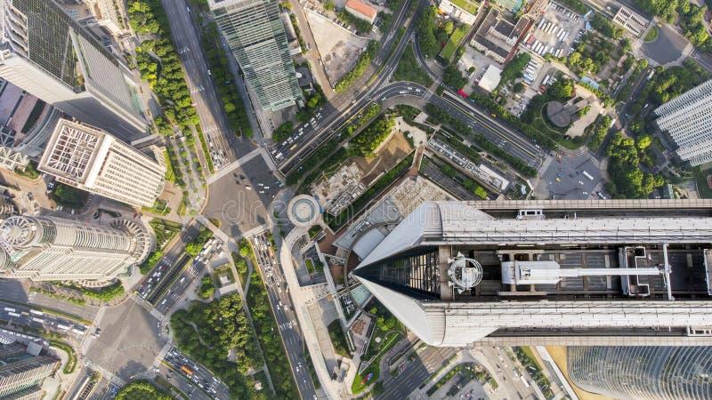 Vue supérieure de jonction de gratte-ciel et de parc et de route dans le centre ville photos stock