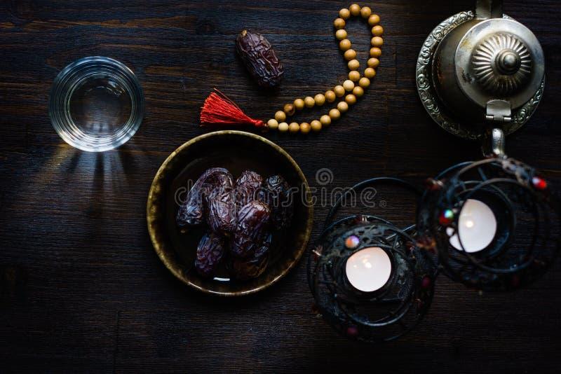 Vue supérieure de l'eau pour le chapelet et les dates iftar et islamiques de Ramadan images stock