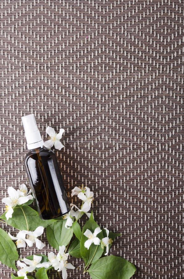 Vue supérieure de la bouteille en verre d'huile de jasmin, l'espace vide pour le texte Concept d'employer des huiles pour des tra photo libre de droits