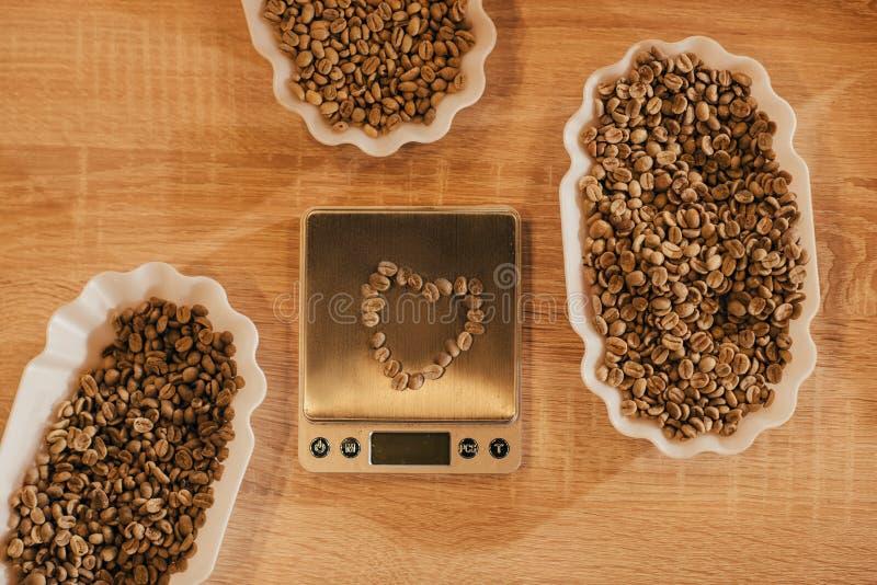 vue supérieure de la disposition des cuvettes avec des grains de café pour la fonction de nourriture et les échelles de cuisine image libre de droits